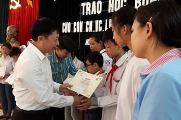Trao 14 suất học bổng Đại Nam tài trợ tới học sinh nghèo tỉnh Hà Nam