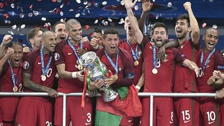 Khoảnh khắc Ronaldo và Bồ Đào Nha nâng cúp vô địch EURO