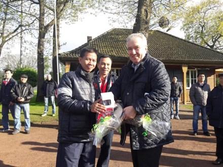 Phó chủ tịch Liên đoàn bóng đá Đức chúc mừng U20 VN. Ảnh: VFF