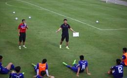 HLV Hữu Thắng cầm sa bàn xuống sân, chỉ lỗi từng cầu thủ