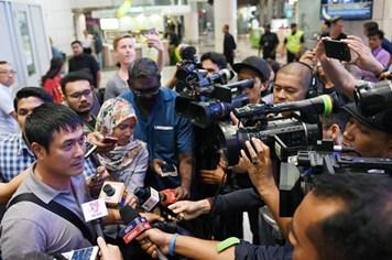 """""""Soái ca"""" Hữu Thắng được truyền thông bủa vây ở Malaysia"""