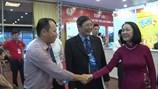 Bà Trương Thị Mai ân cần hỏi thăm, động viên người lao động