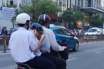 """Nóng 24h: Xót ruột cảnh học trò """"chạy sô"""" học thêm ăn vội trên xe máy"""