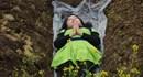 Phụ nữ Trung Quốc xuống mộ nằm để giảm căng thẳng hôn nhân nóng nhất hôm nay