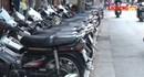 """Vỉa hè các tuyến phố Hà Nội đang bị """"xẻ thịt"""" để bán hàng, trông xe"""