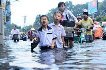 TPHCM: Phụ huynh nháo nhào đón con vì bão số 13