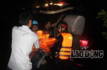 Tin nóng: Khẩn cấp cứu hộ dân trên mái nhà, ngọn cây trong đêm lũ