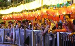 TP.HCM lung linh thả hoa đăng mừng đại lễ Phật đản 2017