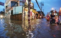 Dân Sài Gòn khốn khổ vì mưa lớn gây lụt lội, kẹt xe nghiêm trọng