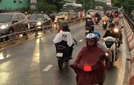 Bất chấp nguy hiểm, người dân phóng xe ngược chiều trên cầu Kênh Xáng