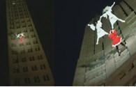 Thót tim xem ông già Noel nhảy múa, lộn nhào giữa các tòa nhà cao chọc trời