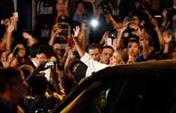 Người dân reo hò khi gặp Tổng thống Mỹ đi ăn bún chả