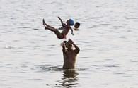 Người dân Thủ đô đổ xô ra Hồ Tây tắm giải nhiệt