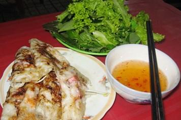 Thưởng thức bánh xèo hải sản Nha Trang