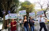 Người dân Hà Nội tuần hành phản đối quyết định chặt hạ cây xanh
