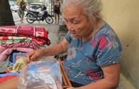 Hà Nội: Cụ bà vô gia cư thản nhiên đón siêu bão Haiyan
