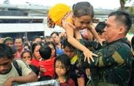 """Philippines: Người dân xô đẩy đến chết để thoát khỏi """"thành phố chết"""" Tacloban"""