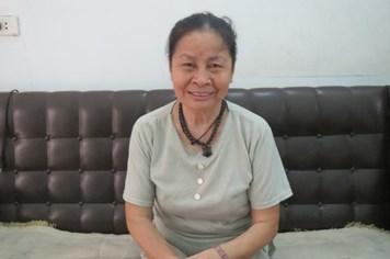 """Cụ bà 71 tuổi bắt xe buýt đi """"chiêu mộ"""" sĩ tử về nhà ở trọ miễn phí"""