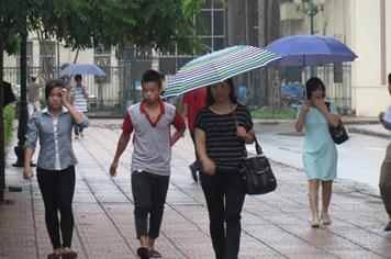 Hà Nội: Sĩ tử đội mưa đến trường làm thủ tục dự thi đại học đợt 2