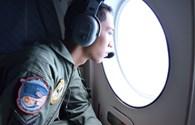 Phát hiện mảnh vỡ có màu của máy bay AirAsia mất tích