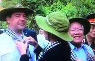 TPHCM: Thủ tướng Nga đeo khăn rằn, đội mũ tai bèo thăm địa đạo Củ Chi