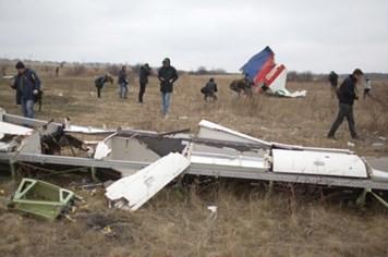 Tự vệ Donetsk bàn giao hàng trăm mảnh vỡ  của MH17 cho các nhà điều tra Hà Lan