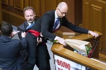 """Những bê bối làm """"chao đảo"""" chính trường Ukraina năm 2015"""
