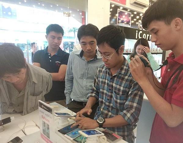 Nhóm khách hàng trải nghiệm Bphone với nhân vật chính mặc áo carô.