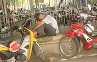 Hà Nội: Phụ huynh chờ con ở trường thi dưới cái nắng nóng gần 40 độ C