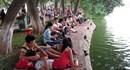 Dòng người đội mưa đổ về điểm bắn pháo hoa hồ Hoàn Kiếm