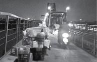 Bán hàng tràn lan, ngang nhiên đỗ xe hóng mát trên cầu Long Biên
