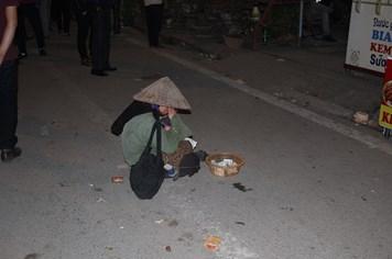 La lết, vạ vật ăn xin kiếm tiền tại chợ Viềng