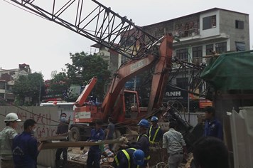 NÓNG: Cần cẩu thi công tuyến metro Nhổn - ga Hà Nội đổ sập xuống nhà dân