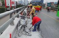 """Xe máy bốc cháy khiến xe buýt nhanh BRT """"bò"""" trên cầu vượt"""