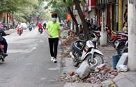 Giành lại vỉa hè ở Hà Nội: Những đống gạch vụn bị bỏ quên