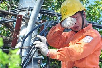 Thợ điện Hà Nội làm việc 17 tiếng trong ngày nắng 40 độ C