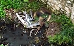 Hà Nội: Người đàn ông cắm đầu xuống mương nước bên cạnh chiếc xe máy