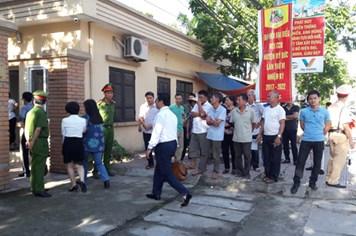 """""""Nóng"""" từ vòng ngoài phiên xét xử 14 bị cáo liên quan sai phạm đất đai ở Đồng Tâm"""