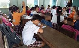 """Giải quyết ngay vụ bàn ghế khiến học sinh phải... khom, """"quỳ"""" để chép bài"""