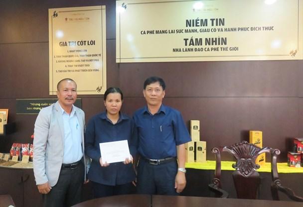 LĐLĐ tỉnh Đắk Lắk trao quà cho CNVCLĐ có hoàn cảnh khó khăn trong Tháng Công nhân. Ảnh: P.V