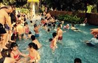 Nắng nóng khủng khiếp, người dân đổ xô ra biển, bể bơi để giải nhiệt