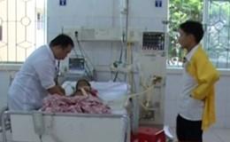 Gia đình xin cho 2 trẻ nguy kịch sau ăn vải về nhà