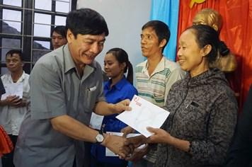 Chủ tịch Tổng LĐLĐ Việt Nam Bùi Văn Cường trao 100 triệu đồng từ Quỹ Tấm lòng Vàng hỗ trợ bà con vùng lũ Nghệ An