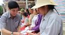 Chủ tịch Tổng LĐLĐVN Bùi Văn Cường trao quà cho người dân vùng lũ Hà Tĩnh