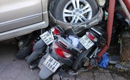 Ôtô mất lái lao vào nhà hàng, tông hỏng nhiều xe máy
