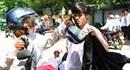Đà Nẵng: Vật vã dưới trời nắng gắt, hàng nghìn phụ huynh tất tả đưa con đi thi môn Toán