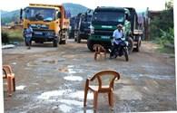 Quảng Nam: Dân bức xúc chặn đoàn xe tải chở đất gây ô nhiễm