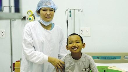 Chuyện về cậu bé 10 tuổi nhận nửa lá gan từ mẹ