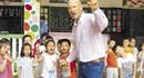 Chàng rể Tây dạy tiếng Anh miễn phí cho trẻ em ở thôn Mỹ Lai