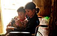 LD1734: Nhói lòng cảnh cậu bé 4 tuổi một mình chăm sóc người mẹ tật nguyền